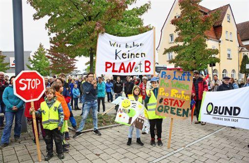 200 Leute gehen gegen den geplanten Gewerbepark  auf die Straße