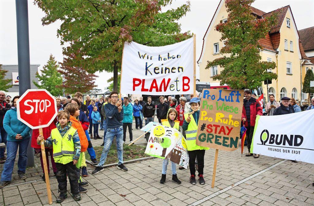 Vor dem Uhinger Bahnhof haben 200 Gewerbepark-Gegner Flagge gezeigt. Foto: /Horst Rudel