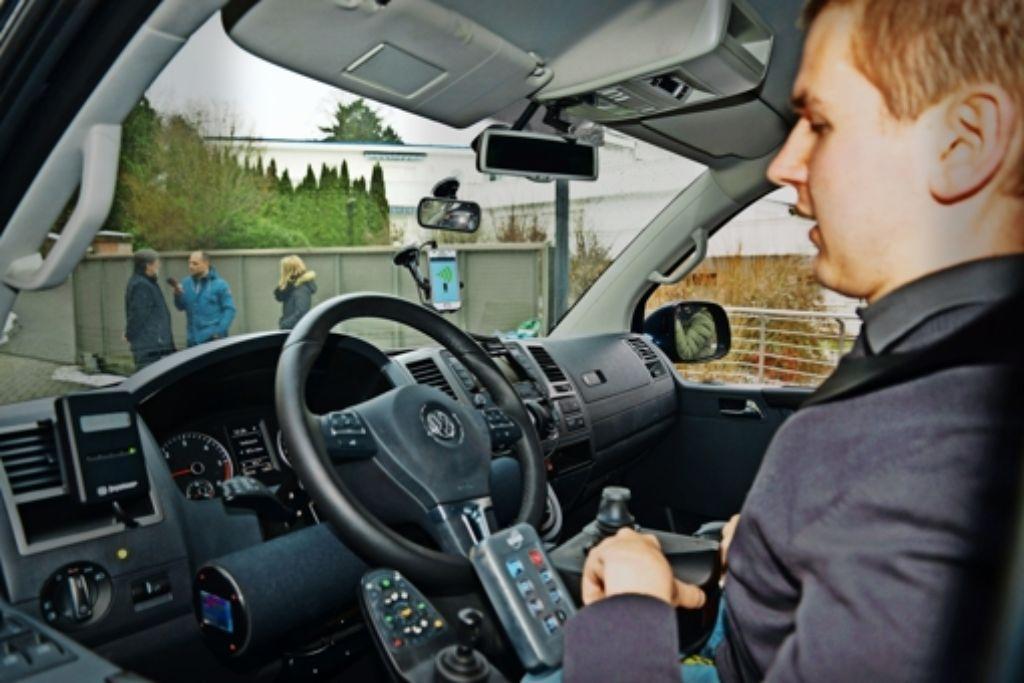 Josef Fleischmann steuert   seinen Wagen  mit knappen Kommandos. Foto: Gülay Keskin