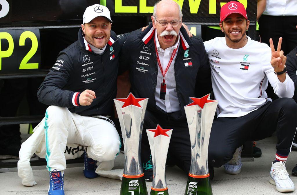 Jubel im Hause Mercedes in China: Valtteri Bottas, Daimler-Konzernchef Dieter Zetsche, Grand-Prix-Sieger Lewis Hamilton (v. li.) Foto: Getty