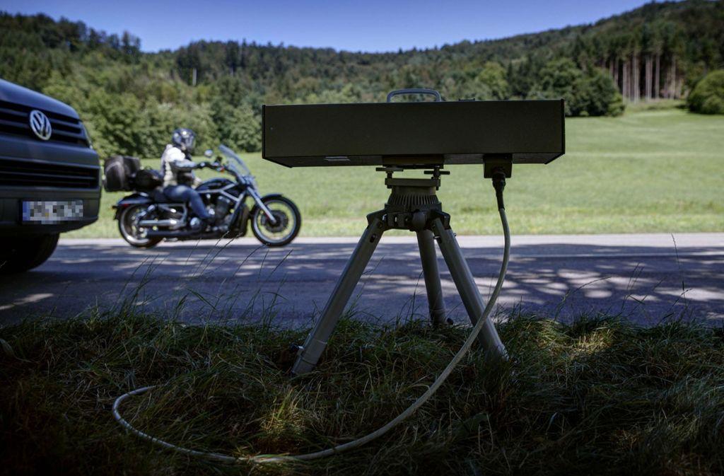 Die Polizei kämpft mit Kontrollen gegen rasende Motorradfahrer – doch ihr kaputtes Videobike setzt sie seit Monaten so gut wie nicht ein. Für diese Saison muss sie sich eines ausleihen. Foto: Gottfried Stoppel