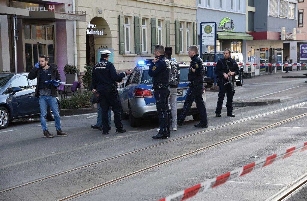 Einsatzkräfte der Polizei stehen am 25.02.2017 vor einem Hotel in Heidelberg, nachdem ein Autofahrer mehrere Fußgänger angefahren hatte und dann mit einem Messer bewaffnet geflüchtet war (Archivbild). Foto: