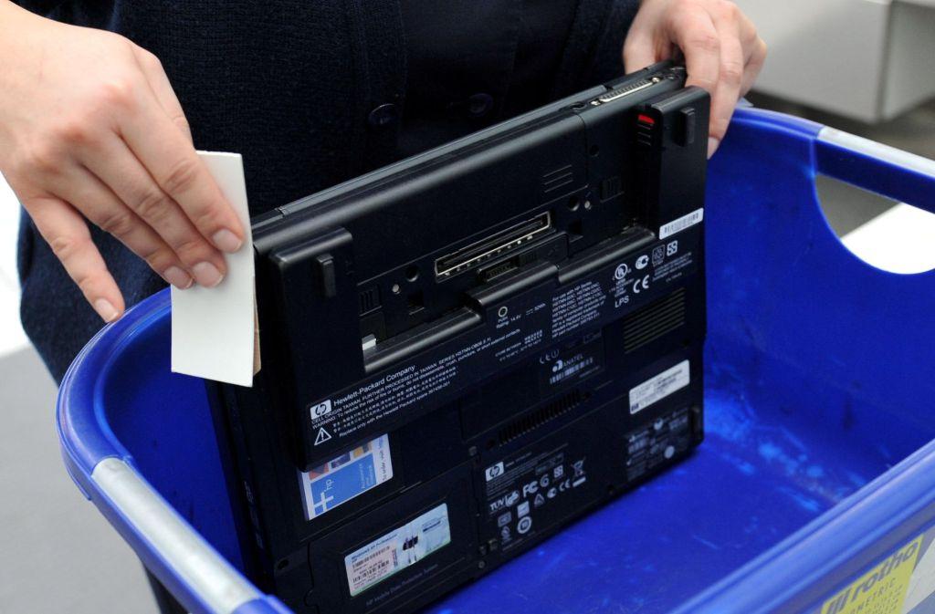 Großbritannien hat die Mitnahme von größeren Elektronikgeräten im Handgepäck auf Flügen aus einigen Ländern verboten (Symbolbild). Foto: dpa