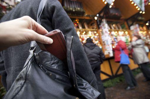 Junger Mann fasst jungen Handtaschendieb