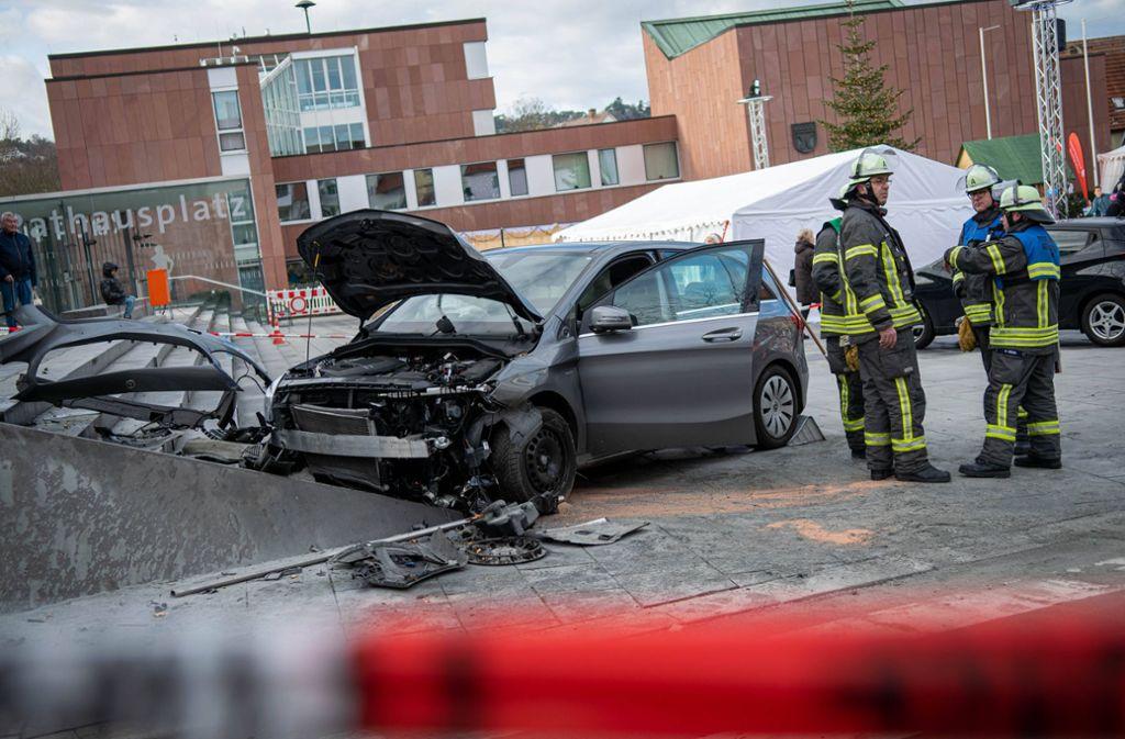 Am Treppenaufgang eines Bankgebäudes wurde das Auto gestoppt Foto: 7aktuell.de/Nils Reeh