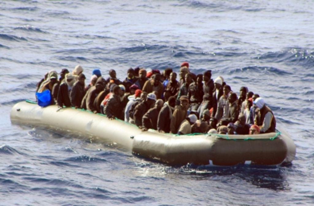 Auf  Schlauchbooten versuchen Flüchtlinge, die rettende Insel zu erreichen. Foto: dpa