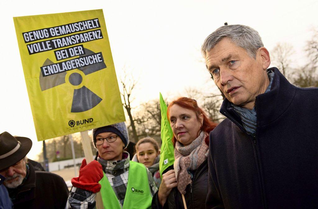 Wolfram König, Präsident des Bundesamts für kerntechnische Entsorgungssicherheit (BfE), spricht Anfang 2019 vor der Donauhalle mit Umweltschützern. Foto: dpa