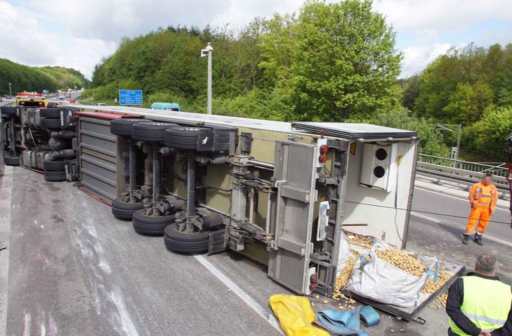 Auf der A8 ziehen sich die Bergungsarbeiten des Kartoffel-Lasters in die Länge. Foto: Andreas Rosar Fotoagentur-Stuttg