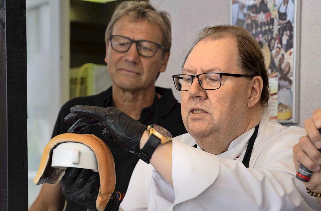 """Fußball-Weltmeister Guido Buchwald mit seinem """"Trainer"""" am Herd, Gerrit de Vries. Foto: Lichtgut/Julia Schramm"""