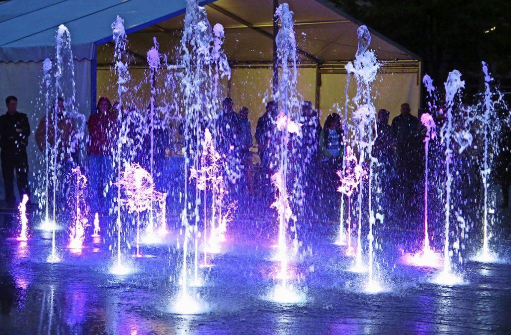 Die Wasserfontänen sind  am Abend ein leuchtender Farbtupfer auf dem Guntram-Palm-Platz Foto: Brigitte Hess
