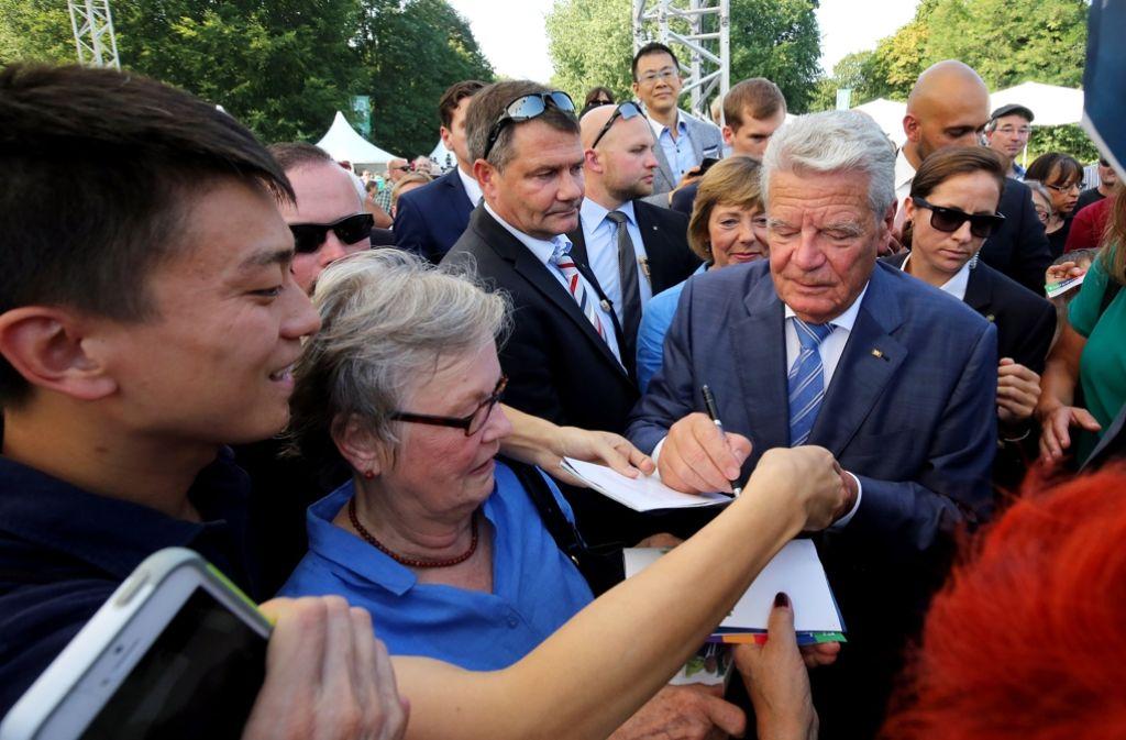 Ein Bundespräsident zum Anfassen: Joachim Gauck beim Bürgerfest. Foto: dpa