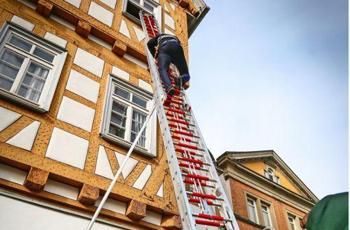 Mutig, mutig: Der OB türmt über eine Leiter