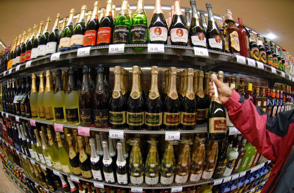 Die meisten Geschäfte achten darauf, dass Jugendliche keinen Alkohol kaufen – aber nicht alle. Foto: dpa