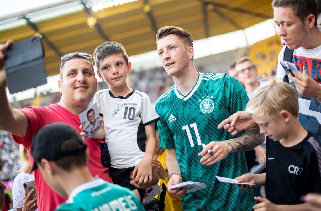 Die Spieler der Nationalmannschaft können auch Fannähe zeigen – Marco Reus posiert für Selfies. . Foto: dpa