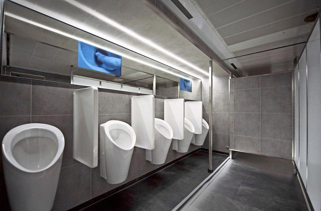 Einst ein Gefangenen-Transporter, heute eine luxuriöse, mobile Toilette – mit Fernsehern. Foto: prz