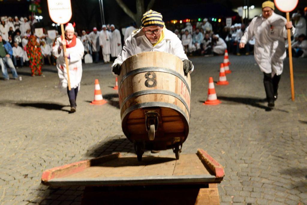 Über die Wippe: Eine kippelige Angelegenheit für die Teams beim Cannstatter Kübelesrennen. Foto: www.7aktuell.de