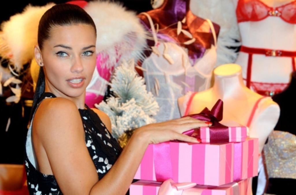 Mit was könnte man wohl Topmodel Adriana Lima zu Weihnachten eine Freude bereiten? Das Topmodel posiert im Victorias Secret Shop in der New Bond Street in London. Foto: Getty Images Europe