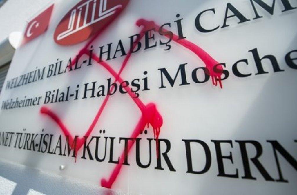 Unbekannte haben eine Moschee in Welzheim mit Nazisymbolen verunstaltet.  Foto: dpa