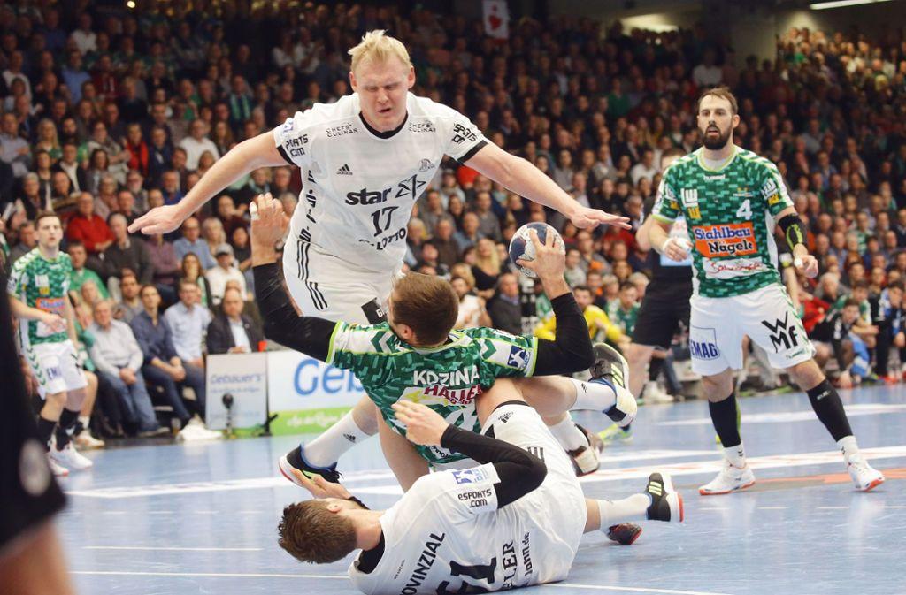 Die Kieler Patrick Wiencek und Hendrik Pekeler ringen Kresimir Kozina (vorne im grünen Trikot) zu Boden. Foto: Pressefoto Baumann