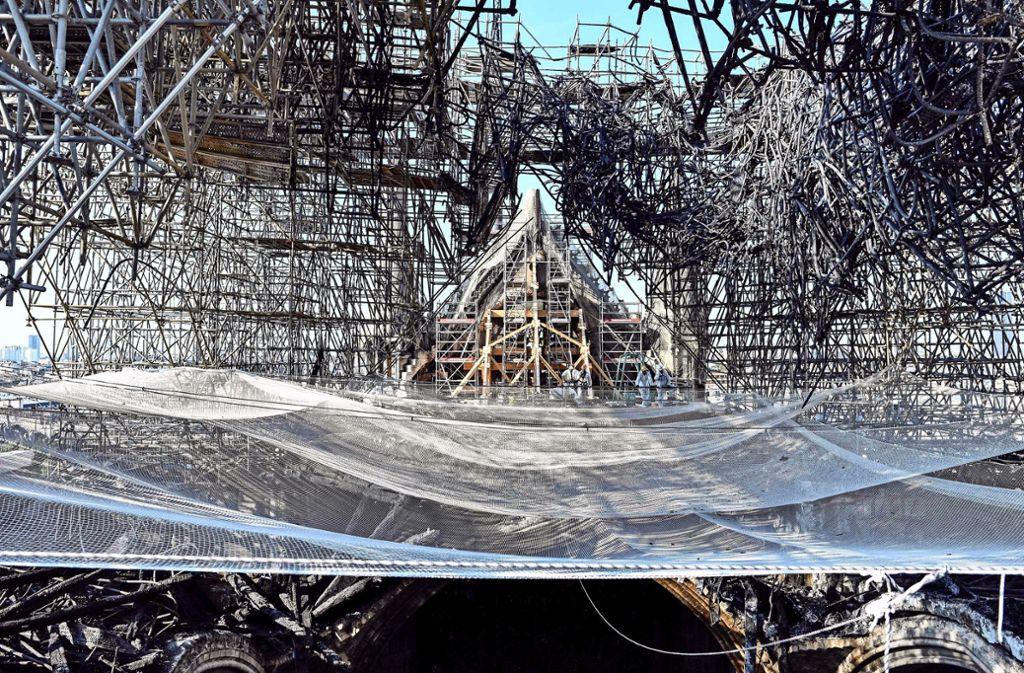 Der Dachstuhl der Kathedrale wurde durch den Brand fast völlig zerstört. Foto: AFP/Stephane de Sakutin