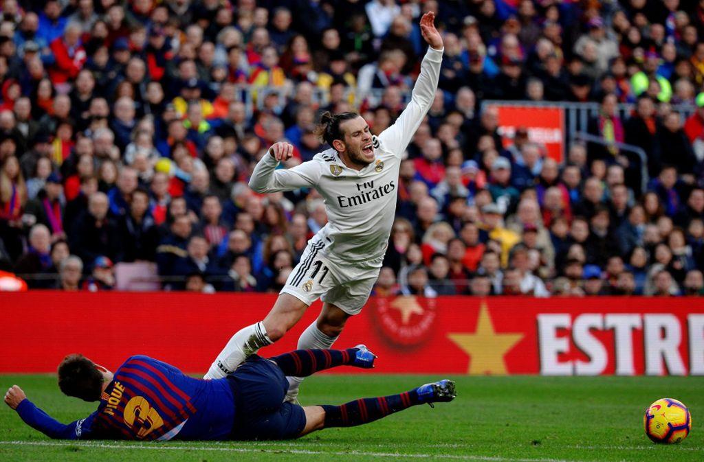 Gareth Bale (rechts) und Gerard Piqué werden Ende Oktober nicht aufeinandertreffen. Foto: dpa/Joan Gosa