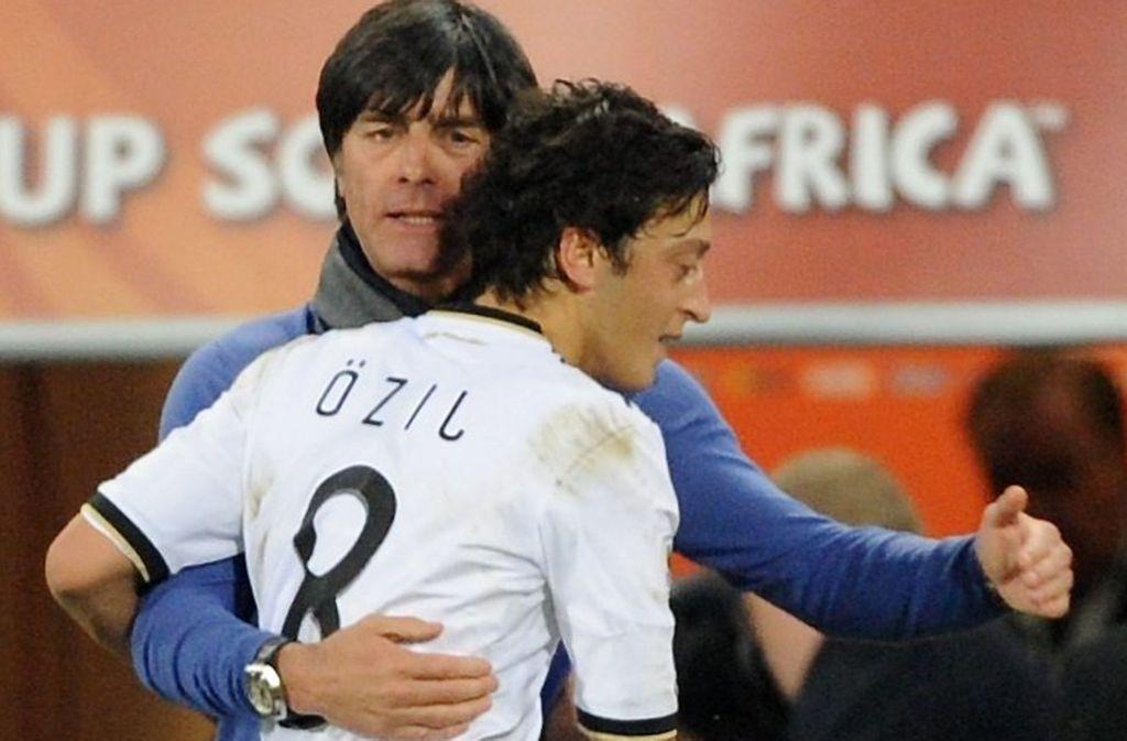 Ein Bild aus besseren Tagen: Bundestrainer Joachim Löw mit Mesut Özil bei der Fußball WM 2010. Foto: dpa
