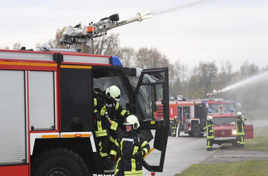 Feuerwehrleute bei einer Löschübung – in ihrem Verband herrscht gerade der Ernstfall. Foto: dpa/Stefan Sauer