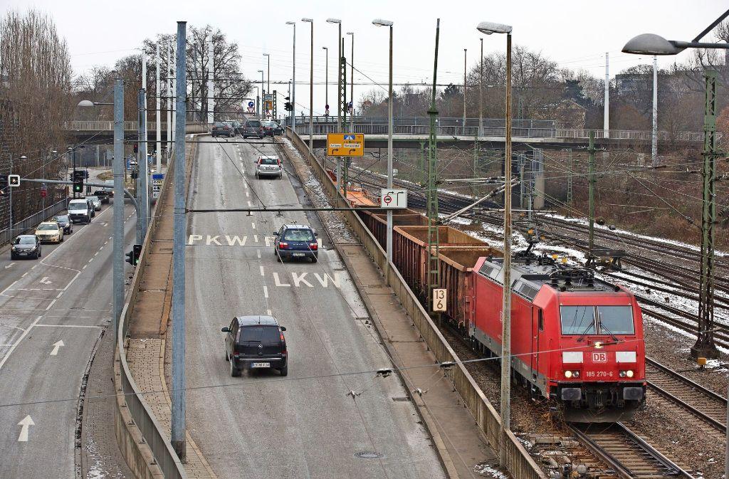 Die Auffahrt zur Pliensaubrücke wird in den nächsten Tagen auf eine Fahrspur reduziert. Foto: Horst Rudel