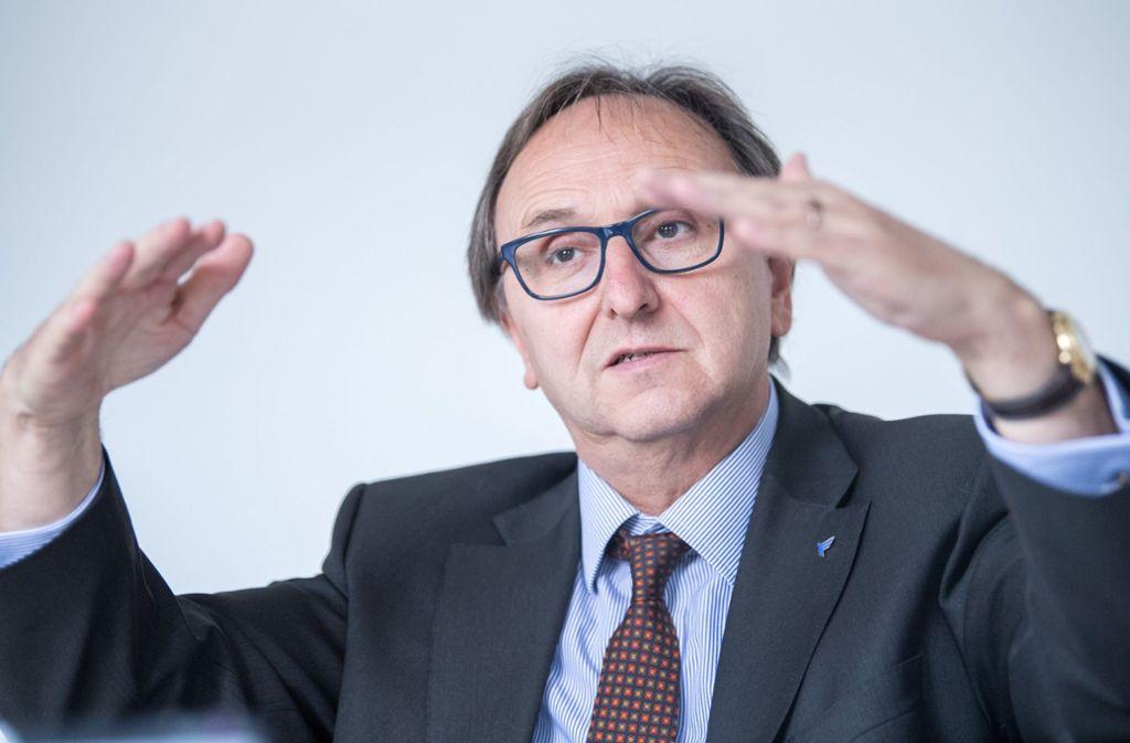 """Freut sich übver """"Vertrauensbeweis"""": Flughafen-Chef Walter Schoefer, 63 Foto: dpa"""