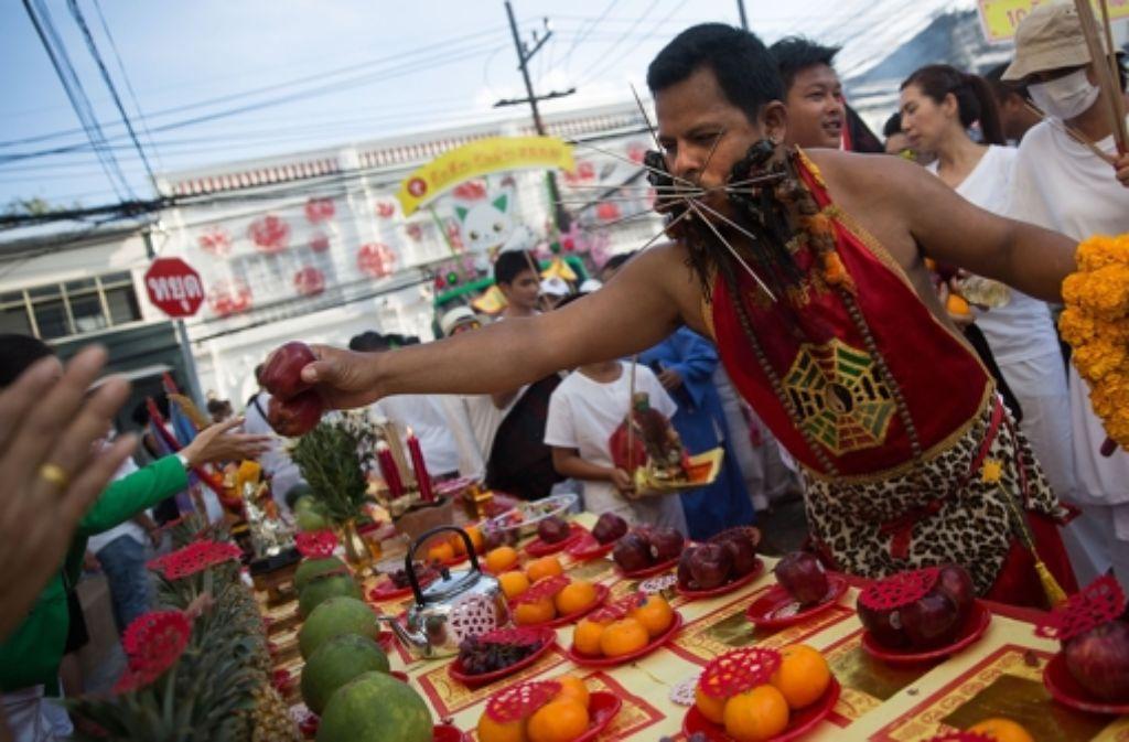 """Selbstkasteiung gehört ebenso zum """"Fest der neun Kaisergötter"""" wie der Verzicht auf Fleisch, Fisch und andere Lebensmittel. Klicken Sie sich durch unsere Bildergalerie und sehen Sie, welche Rituale außerdem vollzogen werden. Foto: Getty Images"""