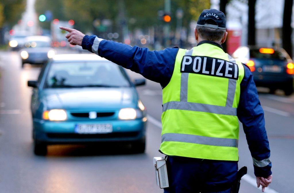 Um einer Verkehrskontrolle am Pragsattel zu entkommen, ist ein Mann über einen Gehweg gerast. Jetzt ist er verurteilt worden. Foto: dpa-Zentralbild