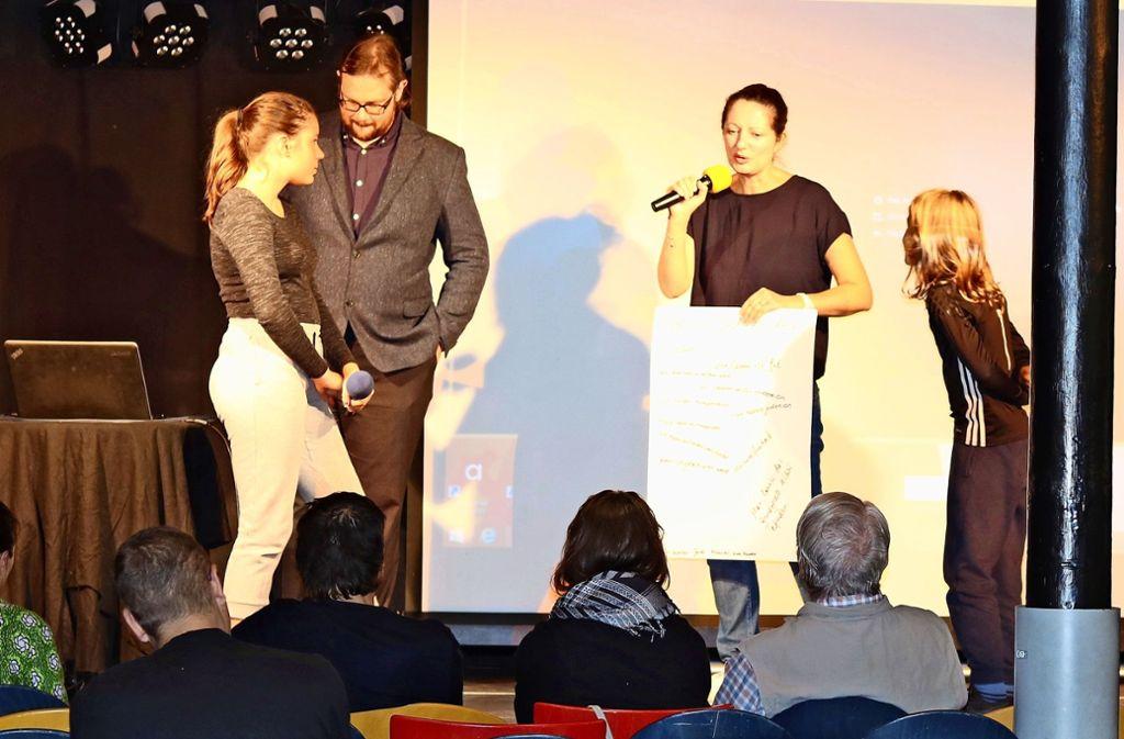 Die Geschwister Kaya und Georg mit den Referenten Stephanie Lorenz und Dominik  auf der Bühne Foto: Julia Schenkenhofer