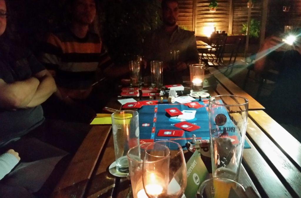 Sich spielerisch näher kommen – das ist das Ziel beim Socialmatch-Abend in der Kneipe. Dazu haben die Erfinder sogar ein eigenes Spiel entwickelt. Foto: Nina Ayerle