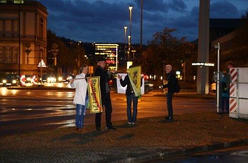 Stuttgart-21-Gegner verteilen Getränke und Gebäck im Berufsverkehr. Klicken Sie sich durch unsere Bildergalerie von der Aktion. Foto: FRIEBE|PR/ Specht/ Keim