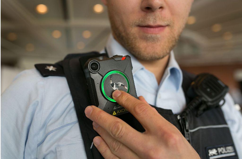 Nicht nur der Polizeibeamte, sondern auch sein Gegenüber kann erkennen, wann die Bodycam läuft. Foto: Ines Rudel