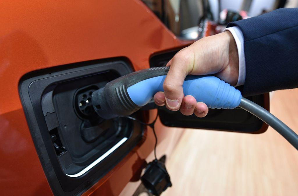 Der Vormarsch der Elektroautos ist nur eine von mehreren Herausforderungen für die Branche. Foto: dpa