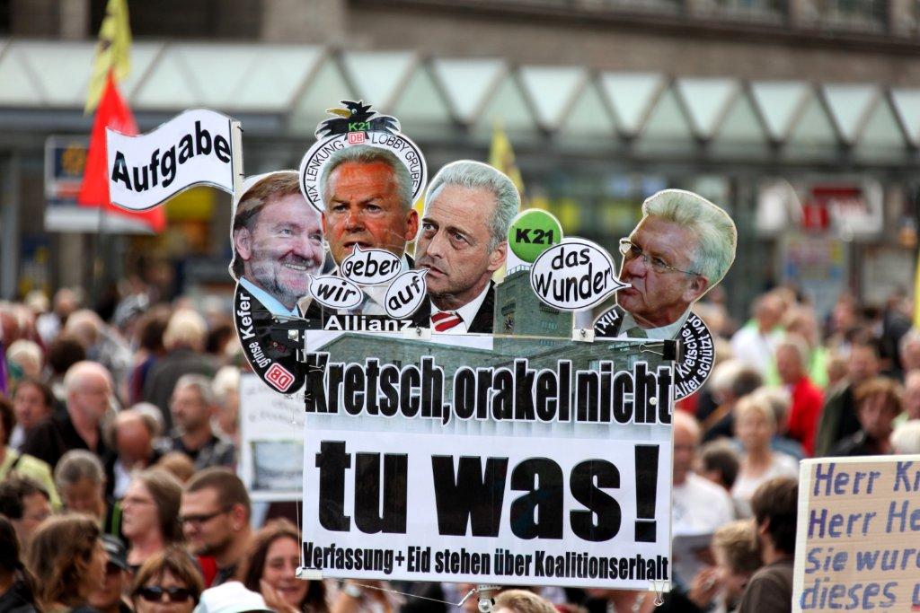 Bei der 90. Montagsdemo hagelte es Kritik für Ministerpräsident Kretschmann. Foto: Beytekin