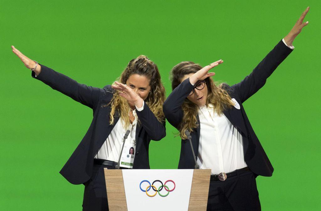 Michela Moioli (l), Snowboarderin aus Italien, und Sofia Goggia, Skifahrerin aus Italien dabben vor Freude. Foto: dpa