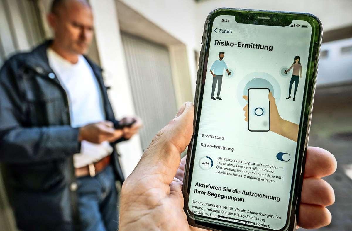 Das Betriebssystem des Handys muss  auf dem neuesten Stand sein, damit man sich die Corona-Warn-App herunterladen kann. Foto: dpa/Michael Kappeler
