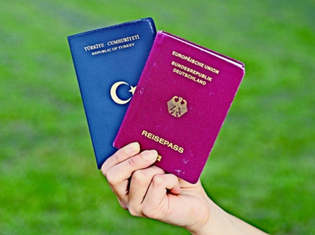 Vor allem Deutsch-Türken sollen in Zukunft zwei Pässe haben dürfen. Foto: dpa