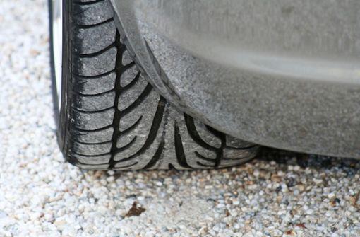 Reifenteile liegen auf der A 8