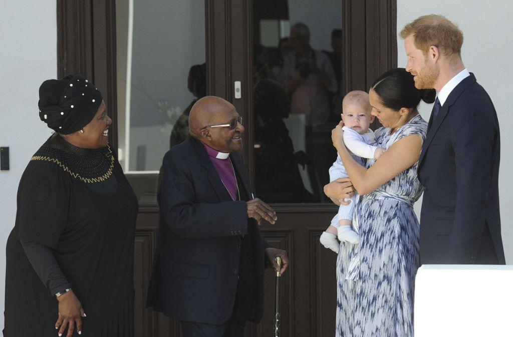 Erst jetzt erschienen die ersten Bilder, die Prinz Harry und Herzogin Meghan mit ihrem kleinen Archie in Südafrika zeigen. Bisher hielten die beiden ihren Sohn aus der Öffentlichkeit zurück. Foto: AP/Henk Kruger
