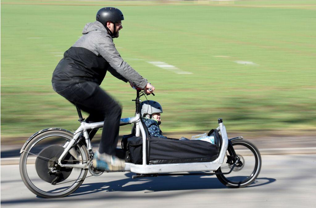 Der Stadtverkehr wird zunehmend elektrisch. Was gibt es bereits? Natürlich das E-Bike. Auf dem Bild sieht man eine Lasten-Variante des Elektro-Fahrrads. Foto: Claus Völker/dpa