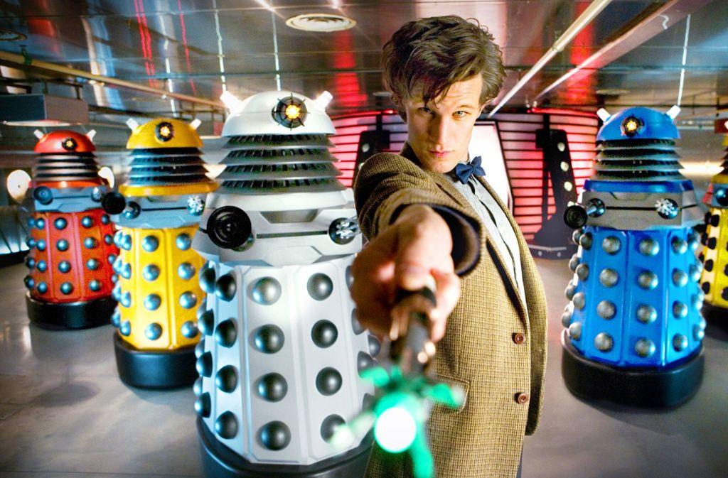 Doctor Who (Matt Smith) mit seinen Erzfeinden, den Daleks, und seinem Lieblingswerkzeug, dem Schallschraubenzieher. Foto: WDR/Adrian Rogers