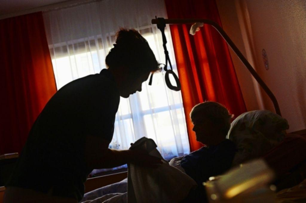 Leistungen der häuslichen Krankenpflege ermöglichen es vielen alten Menschen, lange  in den eigenen vier Wänden zu bleiben. Foto: dpa