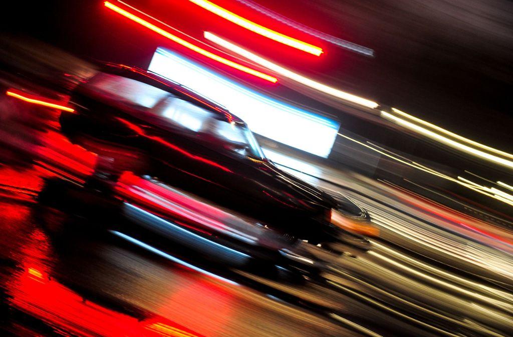 Der Fahrer eines getunten AMG-Mercedes war mehrmals zu schnell unterwegs. Nun hat ihn ein Gericht zur Rechenschaft gezogen (Symbolbild). Foto: picture alliance/dpa/Nicolas Armer