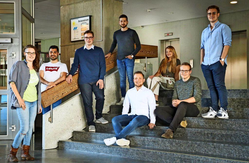 Sie  alle wollen künftig im Rathaus mitreden (von links, stehend ): Sanja Jäger (Grüne), Wahab Moradi  und Tobias Ehret (CDU), Samet Mutlu (SPD), sitzend: Pierre Trümper (CDU), Theresa Zöller (Grüne), Martin Wenger (SPD), rechts stehend: Max Reinhardt (FDP). Foto: factum/Weise