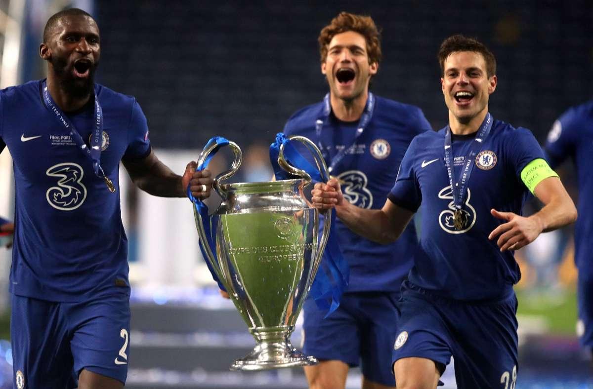 Kapitän Cesar Azpilicueta (re.) und  Antonio Rüdiger feiern den Gewinn der Champions League mit dem FC Chelsea. Foto: imago/Nick Potts