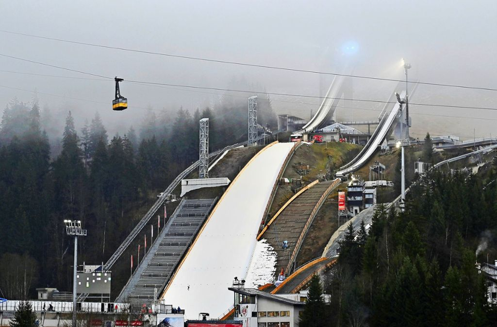 So sah es in Oberstdorf aus: Nur der Aufsprunghügel war schneebedeckt. Foto: AFP/Christof Stache