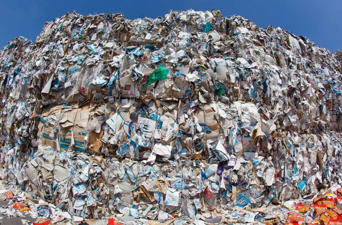 Viele Materialien, die im Altpapier landen, gehören dort gar nicht hin. Was gilt eigentlich alles als Papiermüll? Foto: dpa/Patrick Pleul
